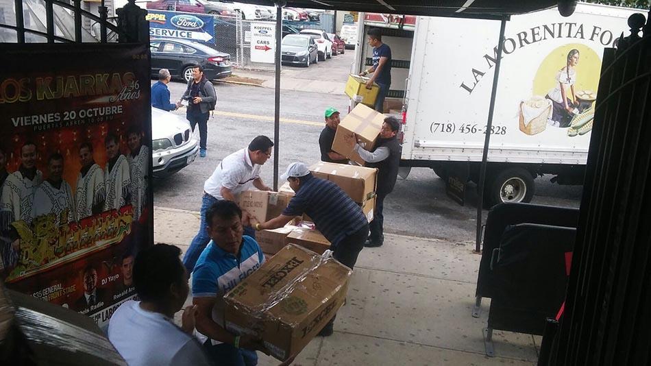 Pedro Zamora, dueño de la discoteca LaBoom, ayudando a movilizar la ayuda a los damnificados.