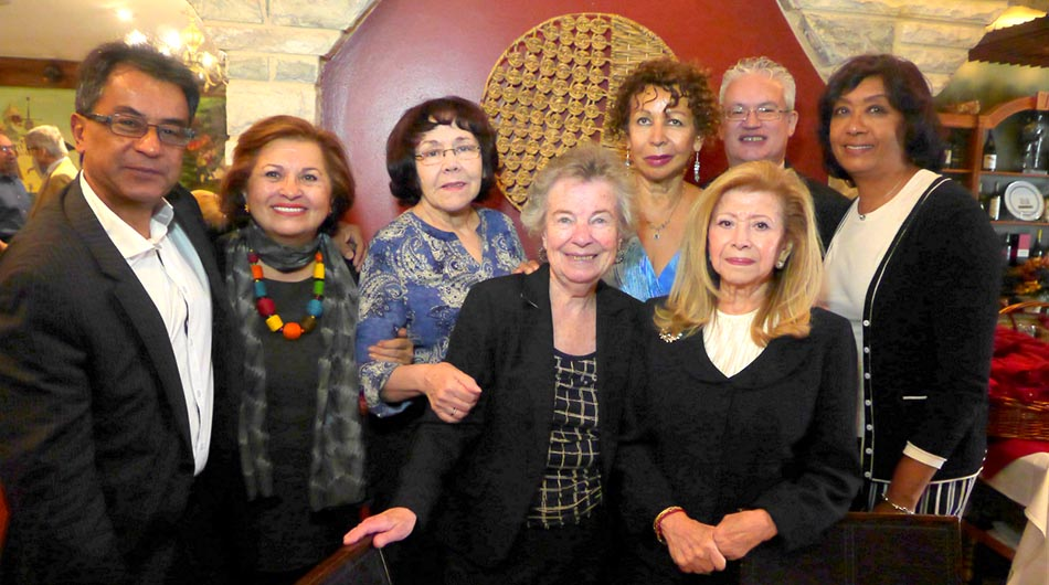 Nayibe Núñez-Berger rodeada de amigos en el OLavrador Restaurant, incluyendo al autor de esta nota al extremo izquierdo. Foto John Caballero