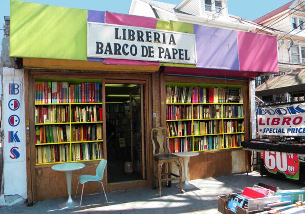 Entrada a la Librería Barco de Papel en la calle 80 de Jackson Heights, Queens.