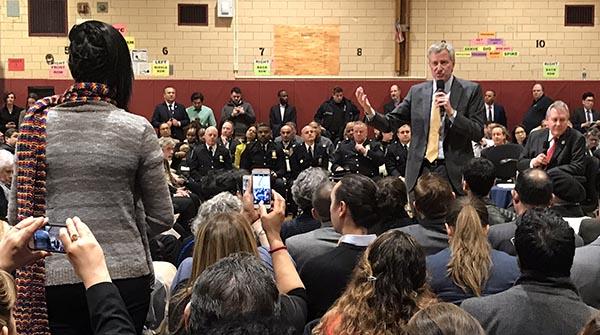 Alcalde de Blasio visita comunidad en Jackson Heights