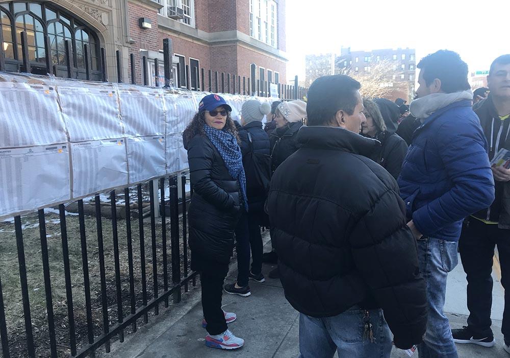 Acot de mala fe: representantes del grupo religioso MIRA haciendo campaña frente a la entrada de la escuela pública de Queens en donde los colombianos acudieron a votar, lo cual es prohibido por ley. Foto Javier Castaño