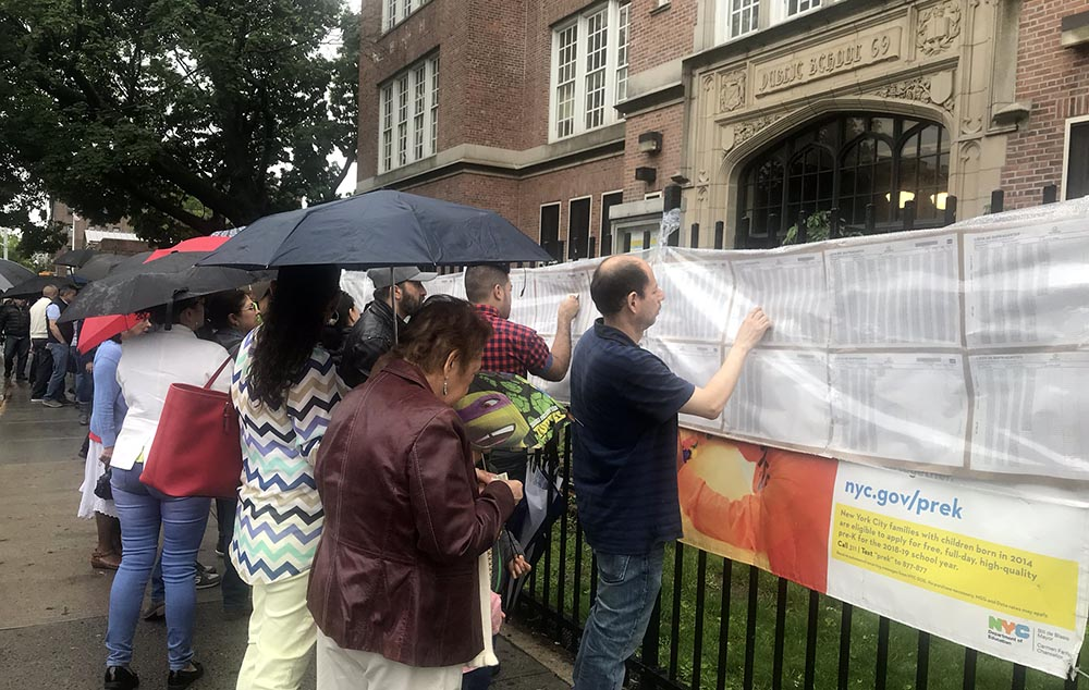 Los colombianos acudieron a Jackson Heights a votar a pesar de la inclemencia del clima. Foto Javier Castaño