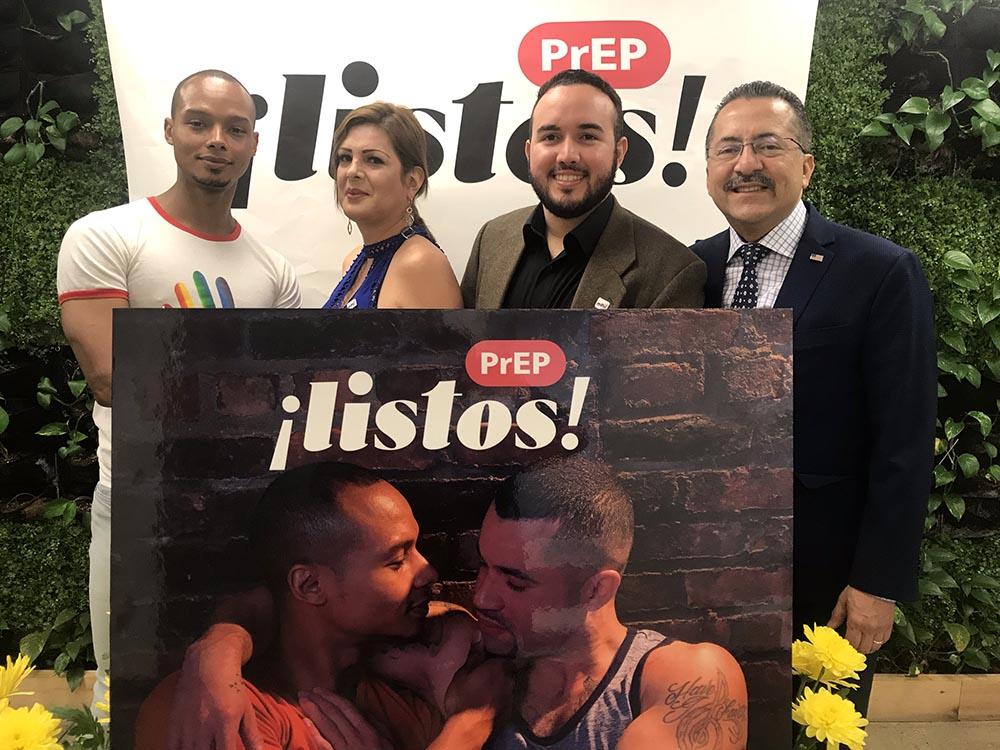 En Oasis LGBTS Wellness Center de Manhattan, desde la izquierda, Ebdier Benítez, Jessica Mendoza, clienta de Oasis, Yasber Soberal y Guillermo Chacón.