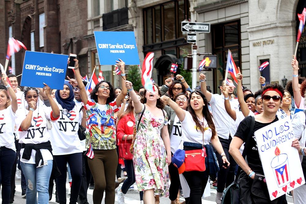 El sistema universitario CUNY envió su delegación al Desfile Nacional Puertorriqueño de este año. Foto Humberto Arellano