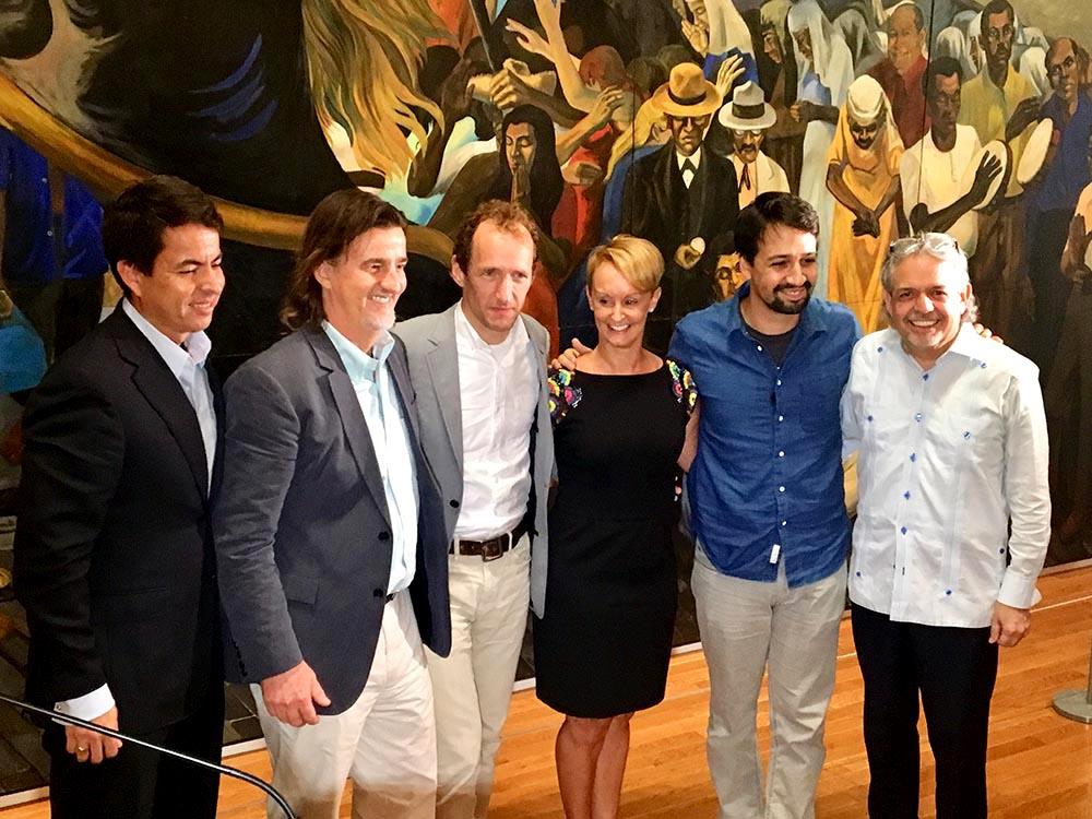 Grupo (I-D): Carlos J. Rodríguez (subdirector de Fundación Flamboyán en Puerto Rico), Vadim Nikitine, Jeffrey Seller, Kristin Ehrgood, Lin-Manuel Miranda y Luis A. Miranda Jr.