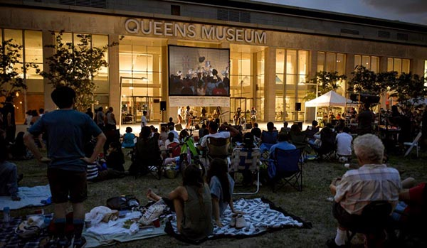 Queens Museum con cultura latina al aire libre
