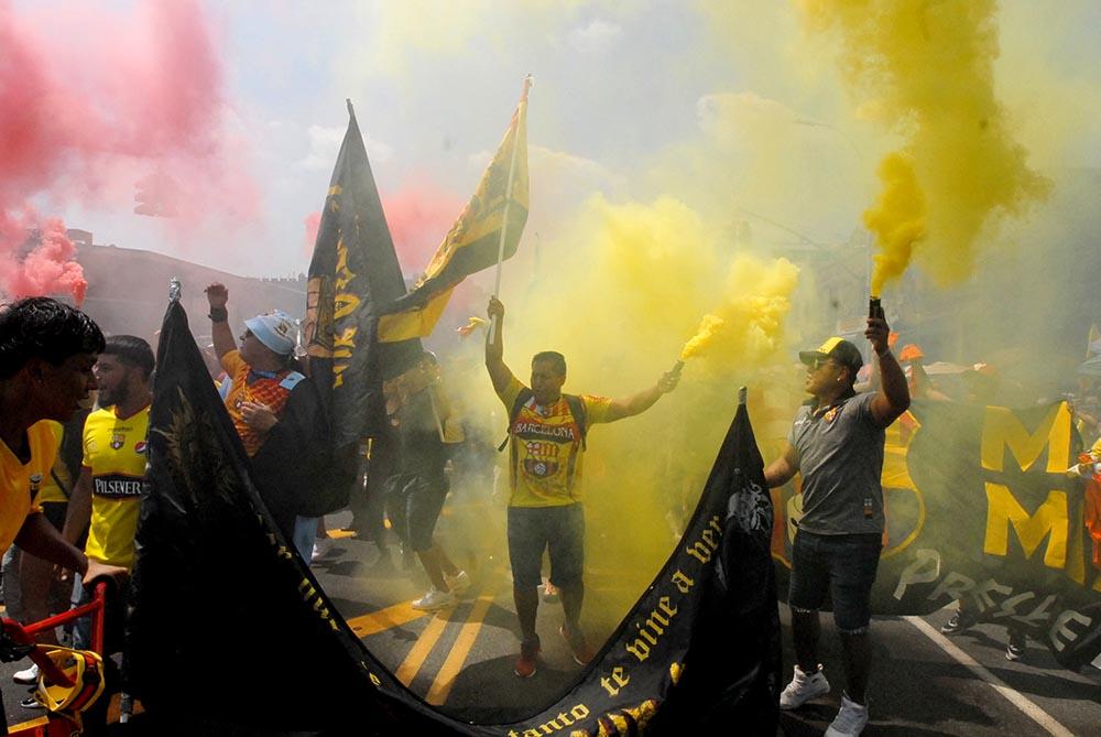 El uso de humo está prohibido en los Estados Unidos y por eso no permitirán que vuelvan a desfilar las barras bravas de fútbol. Foto Humberto Arellano
