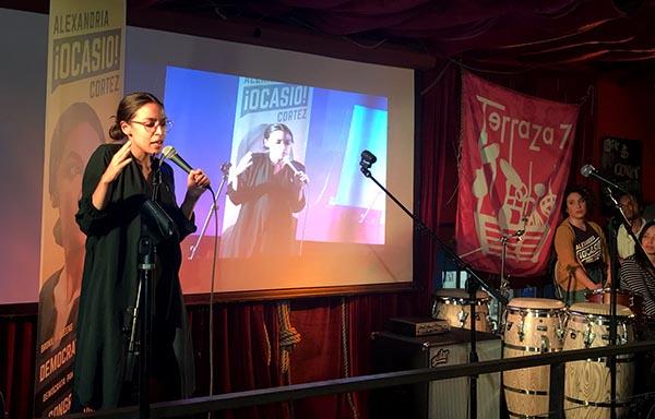 Alexandria Ocasio visita Terraza 7 y habla de cambios políticos