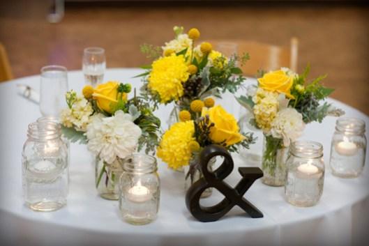 Mesa boda en amarillo