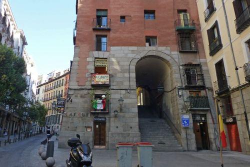 Arco de Cuchilleros, la entrada más famosa a la Plaza Mayor de Madrid