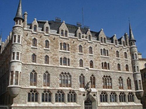 Casa Botines en León, construida por el arquitecto Antonio Gaudí
