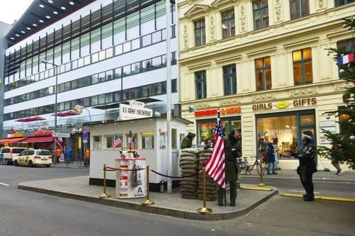 Reconstrucción del paso fronterizo Checkpoint Charlie