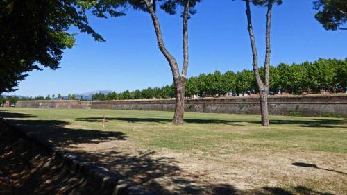 Parque junto a la Muralla de Lucca, utilizado como espacio de recreo