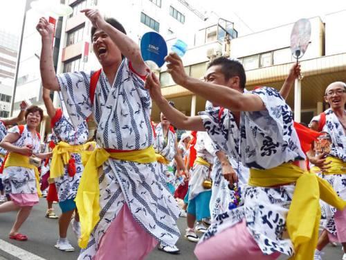 Ambiente festivo en el Nebuta Matsuri de Aomori
