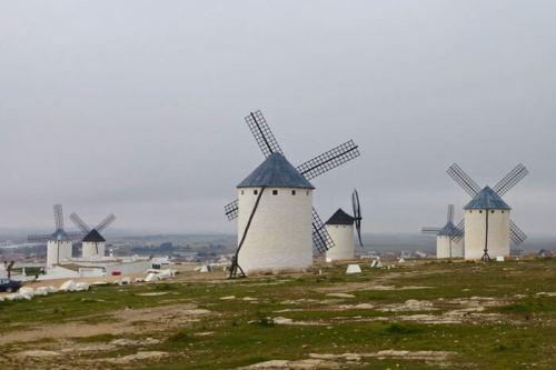 Molinos de viento dominando las colinas de La Mancha