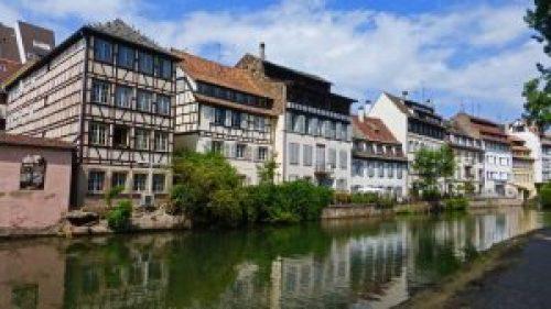 Casas tradicionales de la Pequeña Francia a orillas del río Ill
