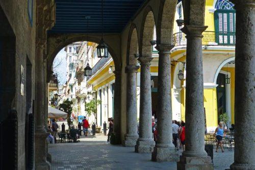 Soportales de la Plaza Vieja, una de las más pintorescas de La Habana