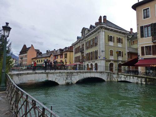 Puente Perrière de Annecy, ofrece las mejores vistas del Palacio de la Isla