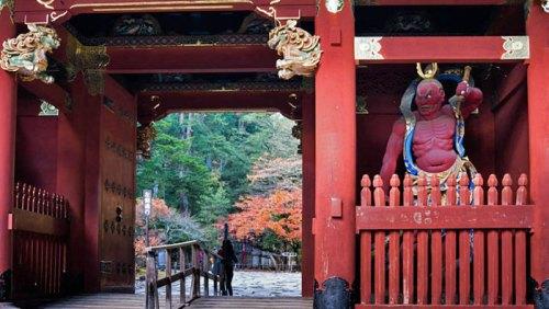 Puerta Niomon en el Santuario Taiyuinbyo, flanqueada por un guerrero Nio
