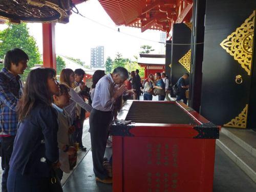 Japoneses rezando en el templo Sensoji de Asakusa