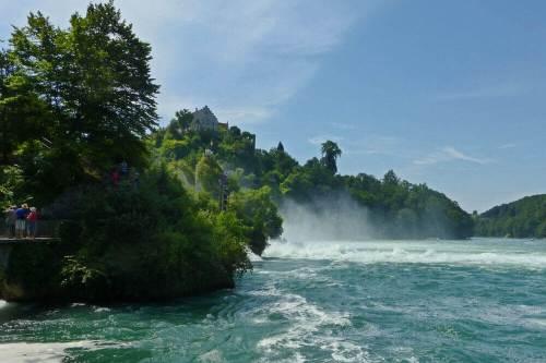 Sendero para acercarse a las Cataratas del Rin