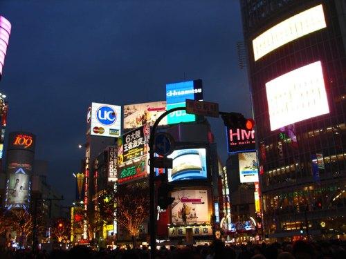 Carteles luminosos de Shibuya, una de las imágenes nocturnas más famosas de Tokio