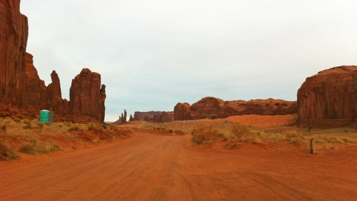 La carretera panorámica Valley Drive recorre los principales puntos de interés de Monument Valley
