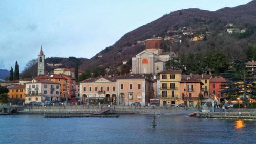 Pueblo a orillas del Lago de Como, el tercero más grande de Italia