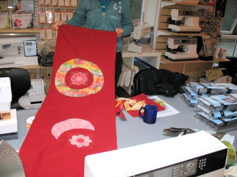 Testbroderier fra brodermaskinen er brugt til at skabe liv i denne -endnu ikke færdige - bordløber i kunstnerisk patchwork!