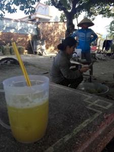 Zuckerrohr wird geschält und zu Reht geschnitten um Nuoc Mia (Zuckerrohrsaft) herzustellen, den man hier fast überall findet