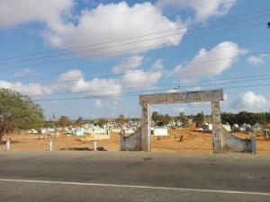 Ein Friedhof mitten in einer wütenähnlichrn Gegend