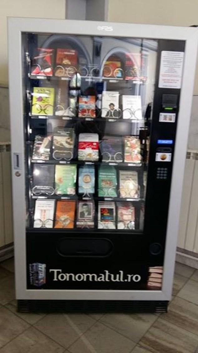 tonomat de cărţi în gara Cluj