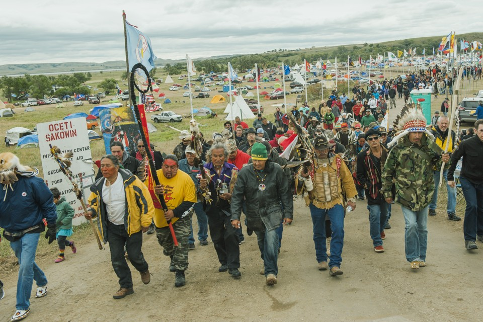 Protesters demonstrate against the Energy Transfer Partners' Dakota Access oil pipeline near the Standing Rock Sioux reservation in Cannon Ball, North Dakota, U.S. September 9, 2016.  REUTERS/Andrew Cullen - RTX2OVHS