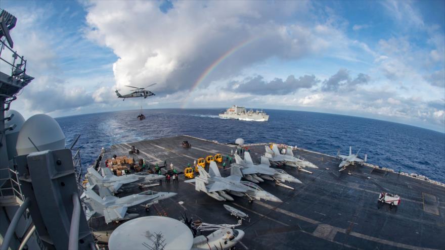 Una foto de la Marina de los Estados Unidos obtenida el 7 de febrero de 2017 muestra al portaaviones USS Carl Vinson participando en una operación de reabastecimiento en el mar de la Chian Meridional.