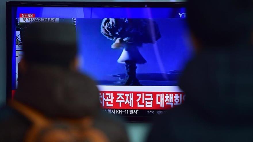 Televisión surcoreana emitiendo noticia sobre actividades nucleares de Corea del Norte.