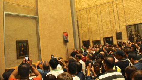 Un gran número de personas asiste al Museo del Louvre en París, capital francesa, para ver de cerca a la Mona Lisa de Leonardo da Vinci.