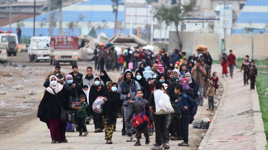 Residentes del oeste de Mosul (norte de Irak) huyen de los combates, 15 de marzo de 2017.