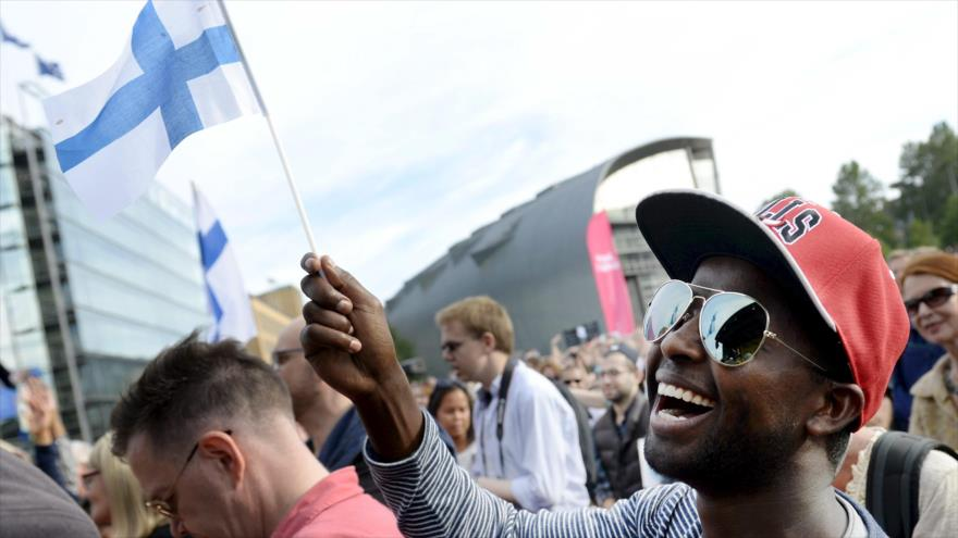 Un ciudadano finlandés ondea la bandera del país en un acto organizado en la capitalina ciudad de Helsinki.