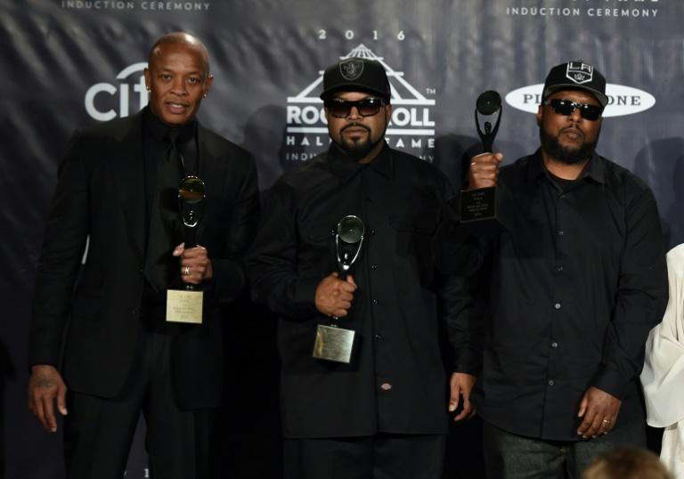 Los raperos de N.W.A. Dr. Dre, Ice Cube y MC Ren, el 7 de abril de 2016, en la ceremonia de ingreso al Rock and Roll Hall of Fame, en Nueva York AFP/Archivos / TIMOTHY A. CLARY