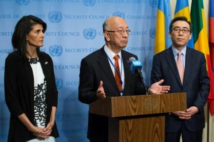 La representante permanente de Estados Unidos en la ONU, Nikki Haley; el de Japón, Koro Bessho, y el surcoreano, Cho Tae-yul, tras la reunión de urgencia del Consejo de Seguridad este 8 de marzo de 2017