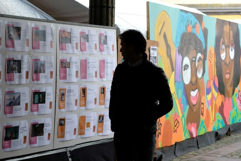 Un hombre mira el programa del Festival Cinelatino en Toulouse el 23 de marzo de 2017 AFP / ERIC CABANIS