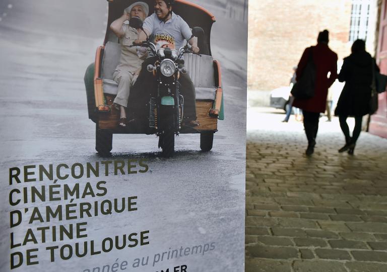 """AFP/Archivos / Eric CabanisCartel promocional de la 26ª edición de la """"Cinelatino"""", festival dedicado al séptimo arte de América Latina, el 27 de marzo de 2014, en Toulouse"""