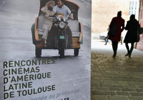 """AFP/Archivos / Eric Cabanis Cartel promocional de la 26ª edición de la """"Cinelatino"""", festival dedicado al séptimo arte de América Latina, el 27 de marzo de 2014, en Toulouse"""