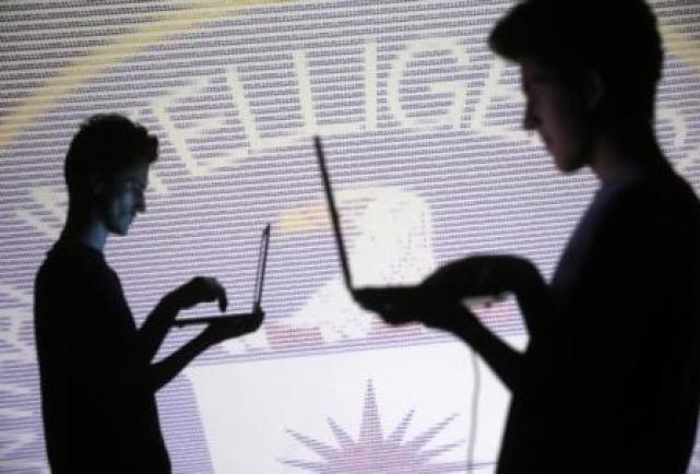 Ilustración fotográfica de código binario y el emblema de la CIA proyectado en una pared en Zenica, oct 29, 2014. WikiLeaks dijo el martes que obtuvo herramientas secretas de la CIA para 'hackear' teléfonos, aplicaciones de comunicación y otros dispositivos electrónicos y publicó documentos relacionados con los programas.      REUTERS/Dado Ruvic