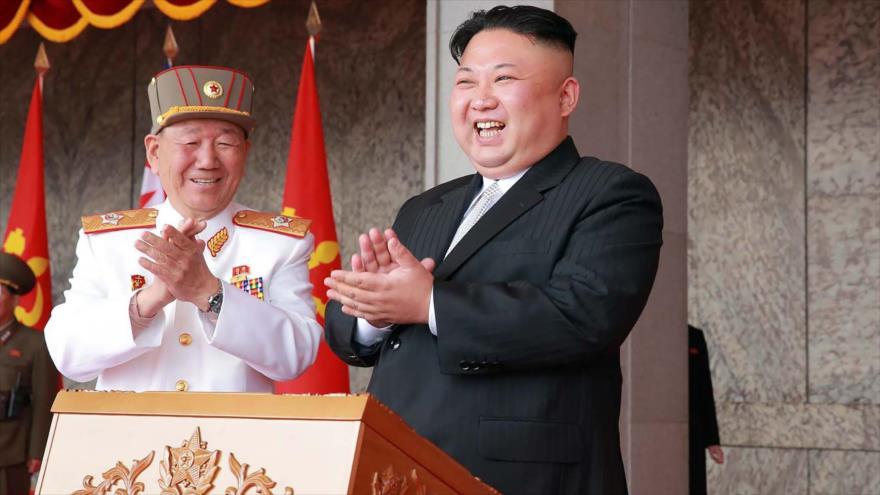 El líder norcoreano Kim Jong-un asiste al mayoy desfile militar de su país en Pyongyang, capital, 15 de abril de 2017.