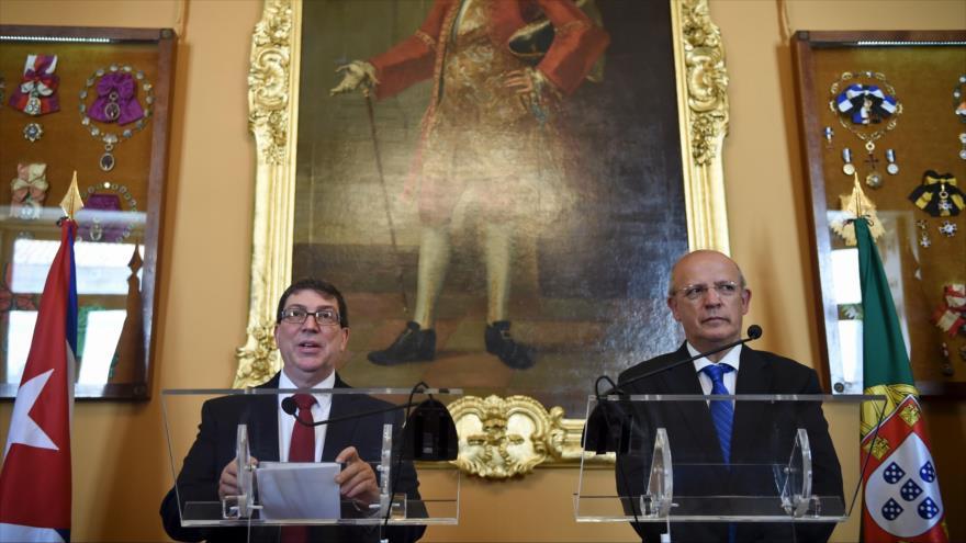 El canciller de Cuba, Bruno Rodríguez (izda.), y su homólogo portugués, Augusto Santos Silva, celebran una rueda de prensa tras su encuentro en el Palacio de las Necesidades en Lisboa, capital de Portugal, 19 de abril de 2017.