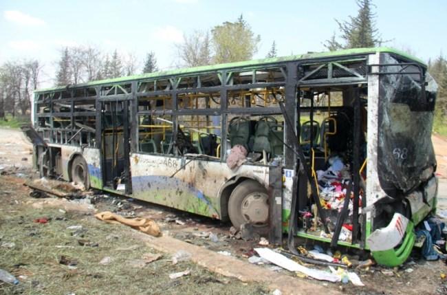 AFP / Omar Haj Kadour Autobús destruido por el atentado suicida del 15 de abril de 2017 en Rashidin, en el norte de Siria, durante la evacuación de civiles de dos ciudades sitiadas