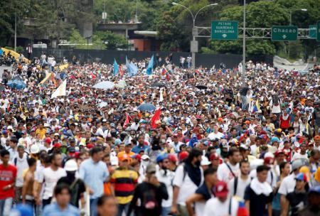 """Manifestantes en una marcha en Caracas en contra del Gobierno de Nicolás Maduro en Venezuela, mayo 3, 2017. El poder electoral venezolano dio el miércoles su aval al Gobierno socialista para convocar a la elección de los miembros de una Asamblea Constituyente, proceso que el presidente Nicolás Maduro estimó empezará en las """"próximas semanas"""". REUTERS/Carlos Garcia Rawlins"""