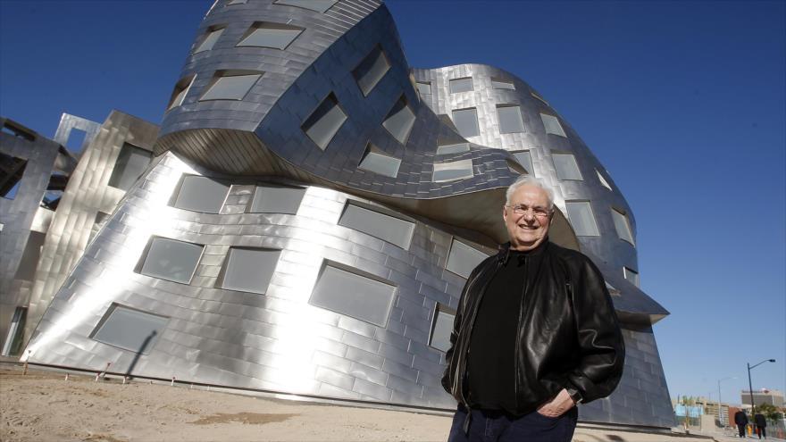 El arquitecto canadiense Frank Gehry, posa frente Lou Ruvo Center, Las Vegas, Nevada.