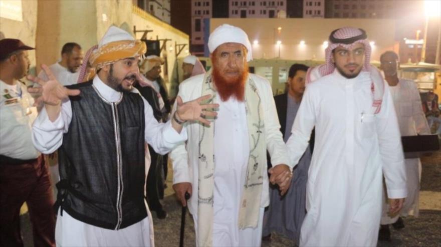 Funcionarios saudíes reciben a Abdulmajid al-Zindani, un alto cabecilla de Al-Qaeda en Yemen.
